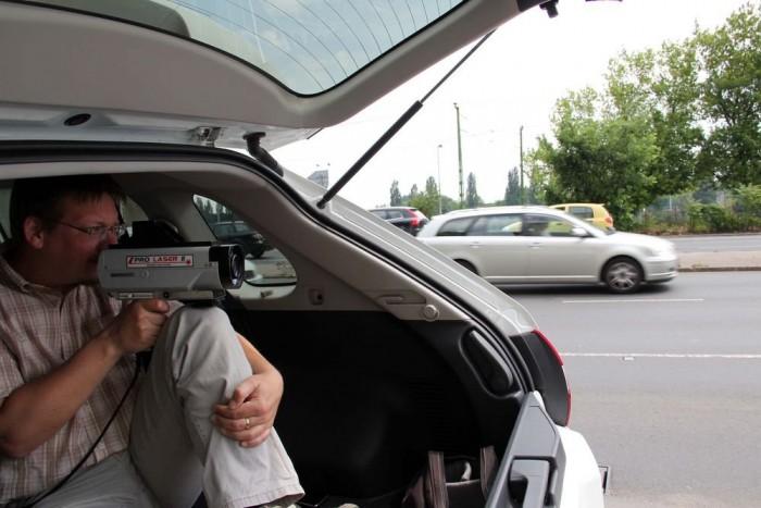 Nem könnyű megfelelő búvóhelyet találni a méréshez, az autósok rögtön kiszúrják a gyanúsan ácsorgó autót