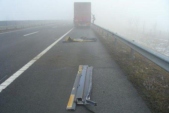Állítólag féltik a rakományt, ezért nem hagyják magukra a kamionokat a sofőrök (Forrás: ÁAK)