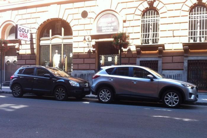 Ebből a szögből kicsit csalóka a kép, de nyilvánvalóan nagyobb a Mazda. És sokkal jobban mutat