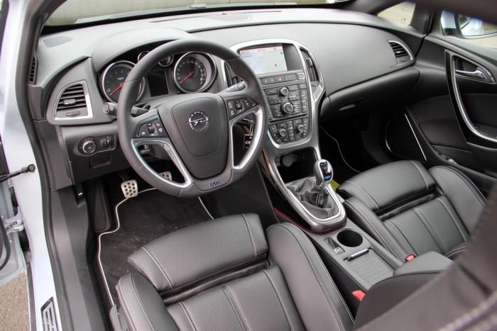 Jó minőségű, megszokott Opel belső, pár feltűnő aprósággal megspékelve