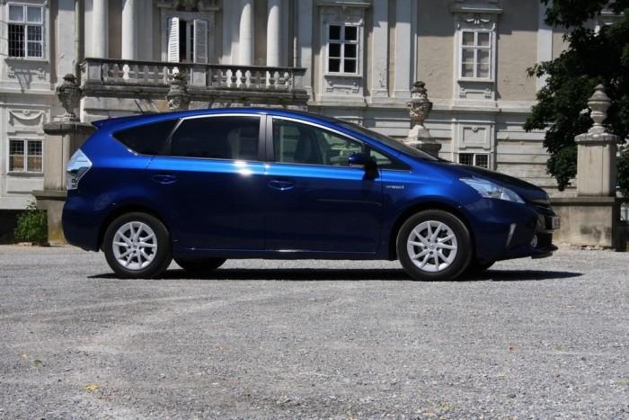 Profilból is felismerhető a Prius-sziluett, hiába nem ferdehátú