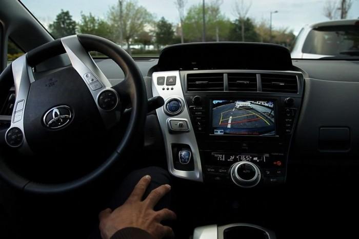Szellemkéz tekeri a kormányt: háziasszonyoknak magától parkol a Prius +