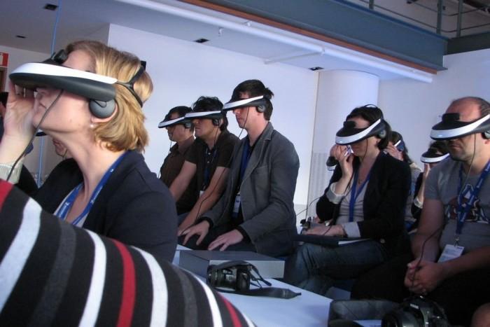 Az újságírók agyának kimosására és Michelin-nel való betötésére speciális gépet is bevetettek a konferencián (dehogy, az csak egy videoszemüveg)