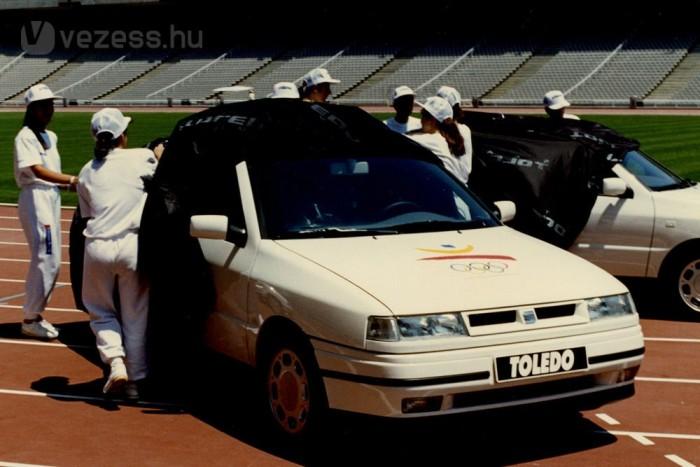 1991-ben mutatták be az első generációt. Lépcsőshátú, de ötajtós autó volt, hatalmas csomagtérfedéllel, akárcsak a Daihatsu Applause vagy a mai Skoda Superb II