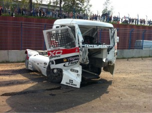 Kormányozhatatlanul a betonfalba csapódott a magyar versenykamion