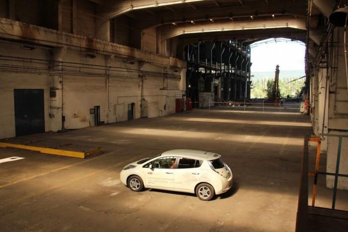 A 80 kW (109 LE) teljesítményű, 280 Nm nyomatékú villanymotor dinamikus, fürge, a megszakítás-mentes gyorsulással és az eltalált futóművel kifejezetten agilis autót varázsol a Leafből