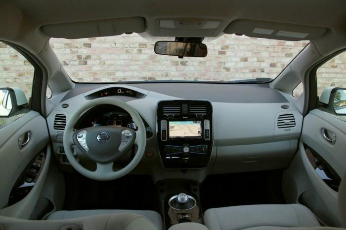 Normális kompakt autó-műszerfal; csak azért lenne különös egy Golfban, Astrában, mert digitális a kilométeróra
