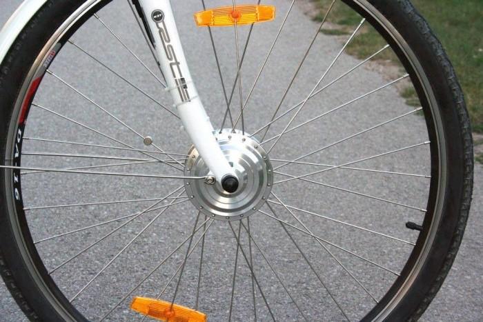 Összkerékhajtású bicikli, hátul emberi, elöl villanyos erővel