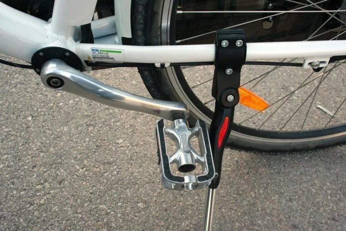 Eddig azt hittem, a biciklit leengedett kitámasztóval nem lehet hátrafelé tolni, mert a pedál beakad a sztenderbe. A Leier meg rájött, hogy hátrébb is lehet tenni a sztendert...