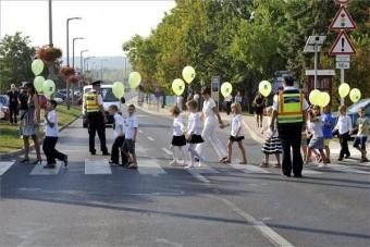 Rendőrök vigyázzák az iskolák környékét
