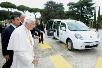 Elektromos autót kapott a pápa