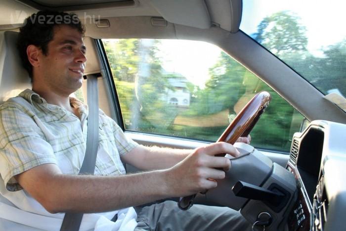 Tamás a hétköznapokban egy első generációs, LPG-re átalakított V8-as Range Roverrel jár
