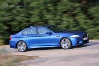 Elég szépen lángra kapott az M5-ös BMW a pirosnál, de amit utána csinált a sofőr, az nagy hülyeség 1