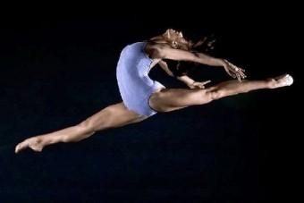 Festett bőrű balerinák egy orosz autógyárban
