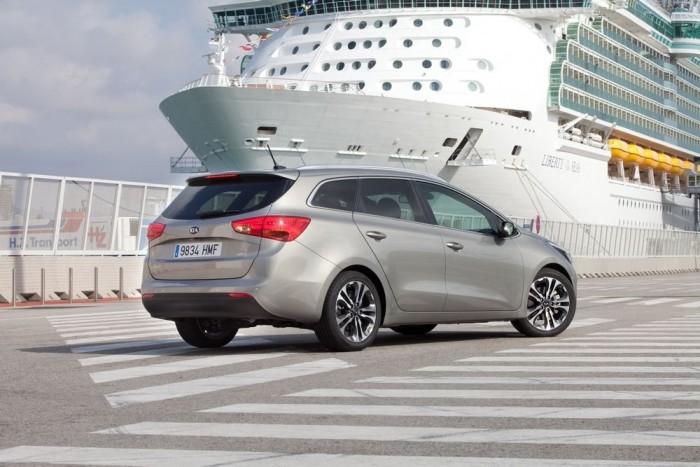 Legömbölyített sarkai, erőteljes oldaldomborítása követi a trendeket: a Cee'd akár emblémát is cserélhetne az Opel Astra kombival