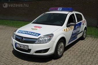 Opel Astrába ülnek a magyar rendőrök
