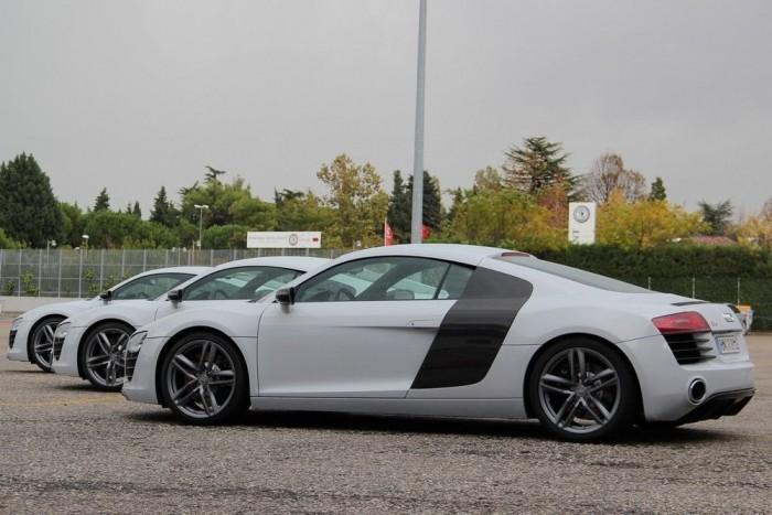 Fehér V8-asok várnak az újságírók ólombakancsaira, 430 lóerővel és ugyanennyi Nm-rel per darab