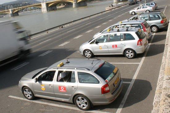 Sárga-fehér autókat szeretnének a fővárosban a taxisok
