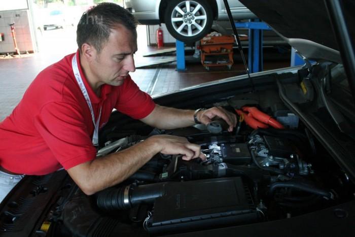 Kovács Ákos, a Lexus- és Toyota-márkaszerviz vezetője mutatta meg nekünk a hibrid LS-t