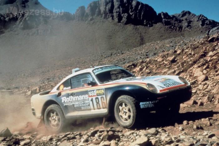 1983 telén készült az első 4x4-es 911, amelyben René Metge és Dominique Lemoyne rögtön megnyerte az 1984-es Párizs-Dakart. 1986-ban a Porsche a 959-cel győzött. Az első utcai összkerekes Porschét 1988-ban mutatta be a gyár a 964-es Carrera 4-gyel