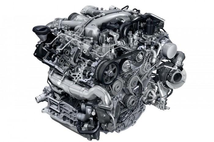 A motorblokk szürkeöntvény, a hengerfej aluötvözet. A hengersoronként egy-egy, változó lapátgeometriájú feltöltő 2,9 barra sűríti a levegőt, a töltőlevegő-hűtő a Cayenne Turbóról való