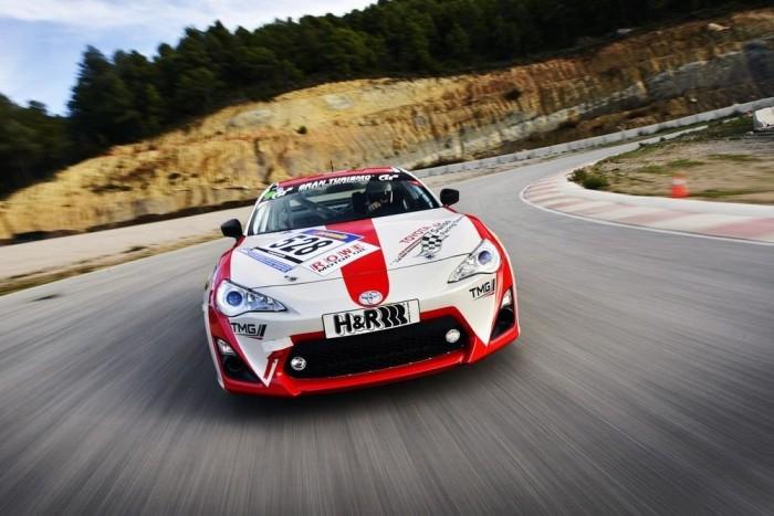 Sima autó-bemutatónak indult, autóversenyző iskola lett belőle. Kiképeztek, hogyan kell egy versenypályán előírásszerűen - és lehetőség szerint épségben - végigszáguldani. A kiképzőautók a Toyota GT86 és versenyváltozatai voltak, a kiképzőpálya a Barcelona melletti ParcMotor Circuit, amely ténylegesen is versenypilóták kiképzésére szolgál.