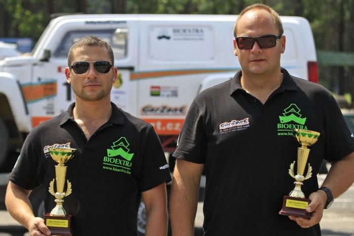Lónyai Pál és Garamvölgyi Zoltán terelik tereppel küzdve a Nissan Pickup-ot a jó eredmények felé