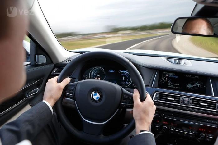 A modellfrissítés utáni 7-es Eco Pro programja gázelvételt, hosszú és takarékos kigurulást javasol, ha az útvonalban sebességkorlátozás, erős lassítást igénylő kanyar vagy körforgalom következik. Mindez 5 százalékos megtakarítást ígér