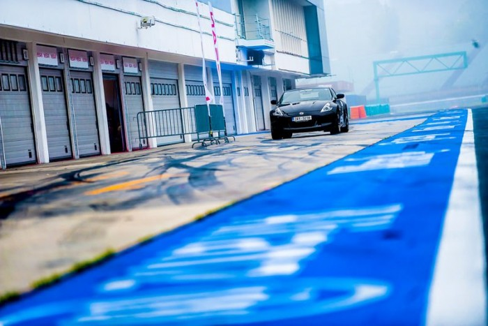 A Nissan 370Z bevetésre vár, bár borús idő volt, nedves aszfalttal, a srácoknak így is hatalmas élményt nyújtott a V6-os gép