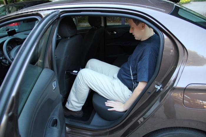 Beck András kolléga (Metropol) 184 centis magasságával kényelmesen elfér a magának beállított vezetőülés mögött, egy kis doboz jelzi mennyi hely is van még a térdénél