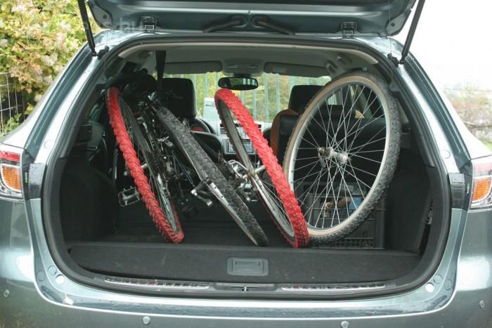 Két felnőttkerékpár könnyen befér a csomagtérbe. Alaphelyzetben 519 literes a csomagtartó
