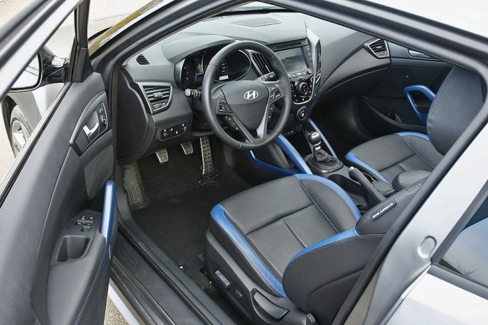 Hyundai belső némi sportossággal meghintve. Ahogy a Dél-koreai autóknál megszoktuk, az összeszerelésre nem lehet panasz, viszont az anyagfelhasználás lehetne jobb, sok a kopogós műanyag