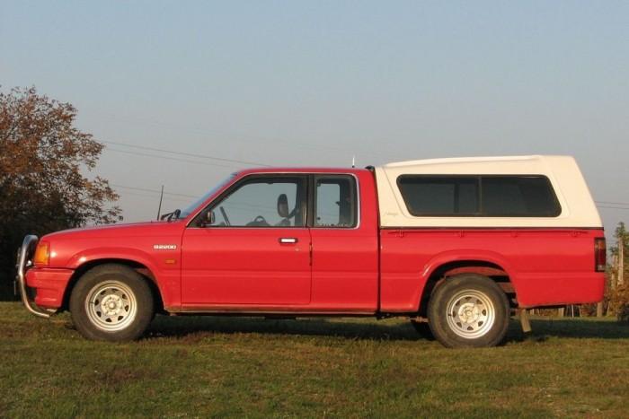A platódoboz ablakain szúnyogháló is van: szükségszállásnak is megfelel a B2200