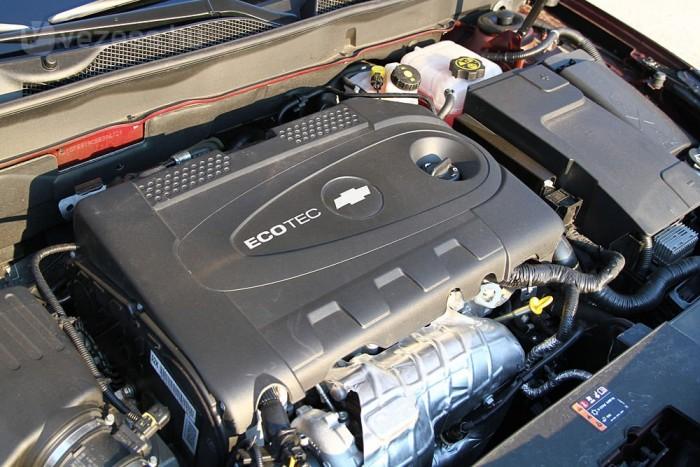 Takarékos és csendes az orrban ketyegő dízelmotor