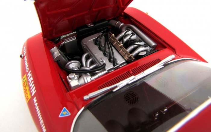Realisztikus, sornégyes, 1750 köbcentis, befecskendezős motor. Hangja zene füleimnek!