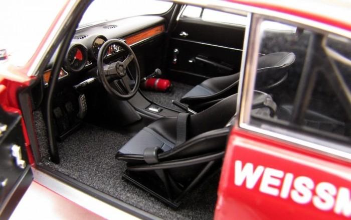 A Helmut Hahn Alfa-iskolájából származó pályaautóba régi vágású kagylóülések kerültek az első sorba, de sokpontos biztonsági övet csak a pilóta, Harald Ertl kapott