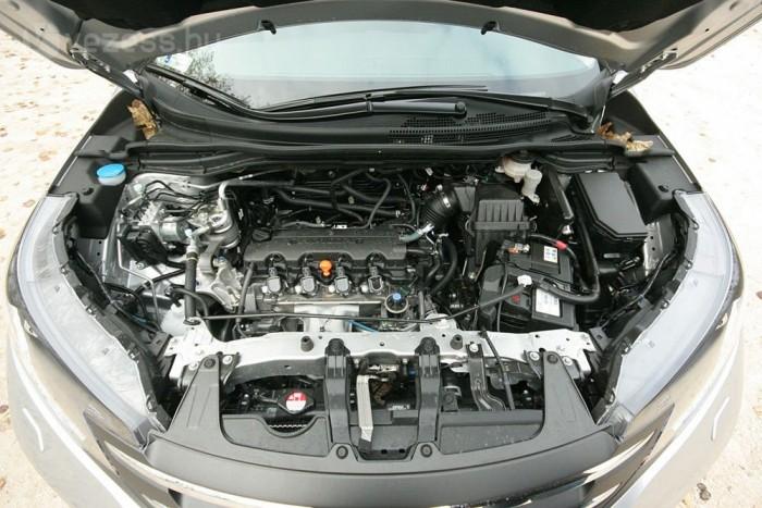 Szinte eltűnik a motortérben a kétliteres benzines. Nem nagy kompromisszum vele nyolc literből eljárni a csupán másfél tonnás kasztnival