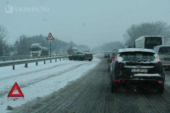 A fuvarozók szerint van, amikor kimondottan jó ha a havas úton kamionok közlekednek
