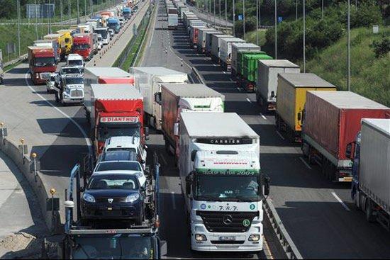 Bizonyos utakon nem lesz egyszerű feladat kitiltani a kamionokat. Életkép az M0-ról