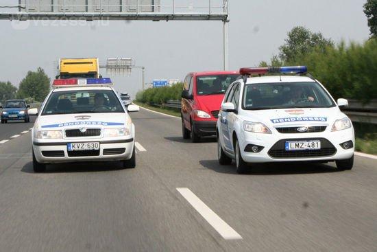 Besegíthetnek a rendőrök is