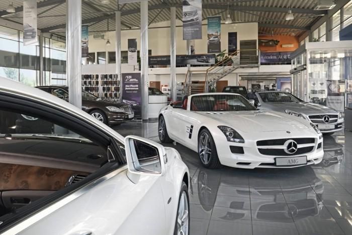 A fóti szalonban várja sorsát ez az SLS Roadster. A Mercedes kínálatában a G 65 AMG egyébként 81,5 millió forint