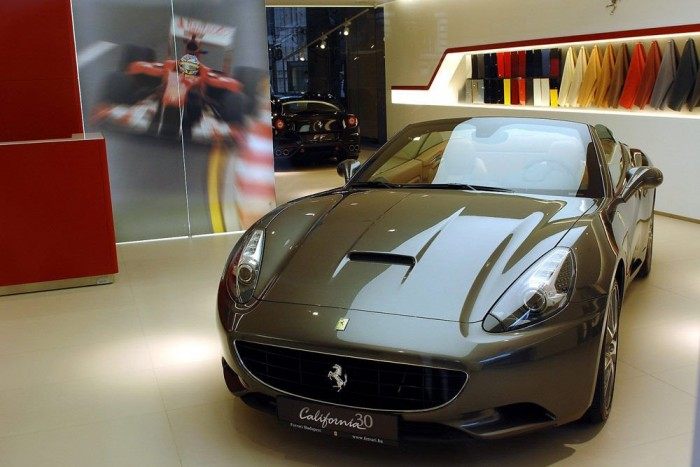 Nemrég költözött Budapest szívébe a hazai Ferrari szalon. Elöl egy California, a háttérben egy FF
