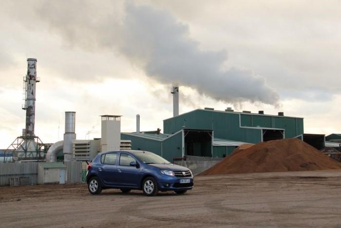Egy olajbogyó-feldolgozó üzem udvarában is jól néz ki az új Dacia Sandero