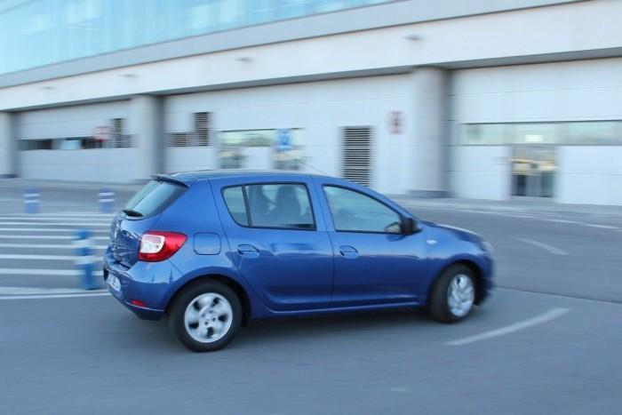 Az új Sandero - megfelelő felszereltséggel persze - cseppet sem hat olcsónak a forgalomban a többi autó között