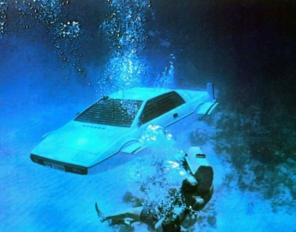 A Lotus Espirit felnőtt a DB5 által képviselt szinthez, így a legemlékezetesebb Bond autók egyike lett.