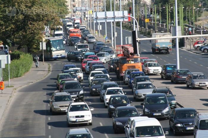 A jövőben a főváros egyes területeire való behajtásért fizetni kell, az egyik párt lezárná a Pesti alsó rakpartot a forgalom elől, változhat az útfelújítás elve és új Duna-hidak épülhetnek az ígéretek szerint