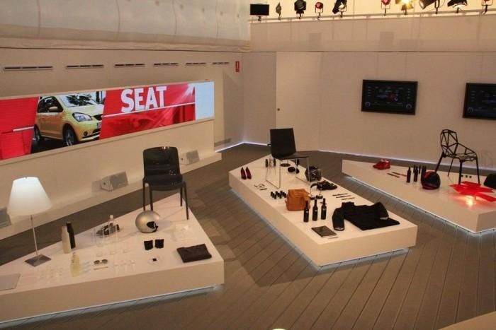 Íme, egy autóbemutató prezentációs standja. A sok dizájnos cipőtől, bukósisaktól, pohártól és széktől teljesen meggyőződtem arról, hogy a kompakt kategóriában csak Leont szabad venni