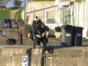 Tengerbe zuhant a motoros újságíró