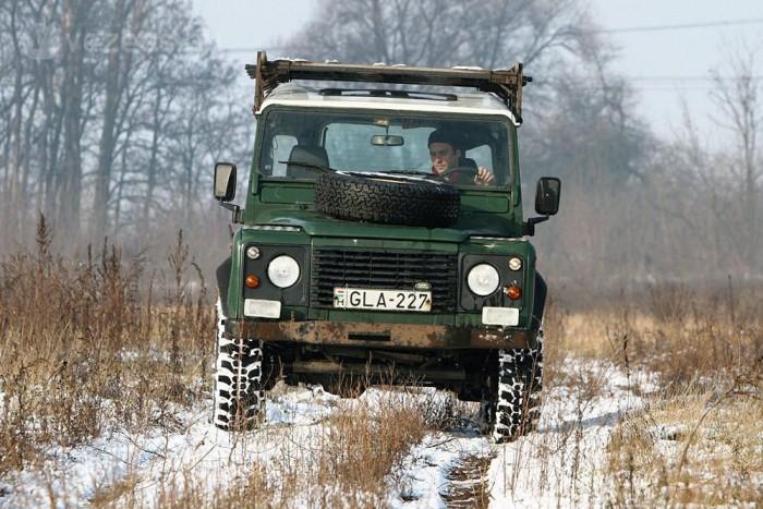 111 lóerős négyhengeres dízelmotor hajtja