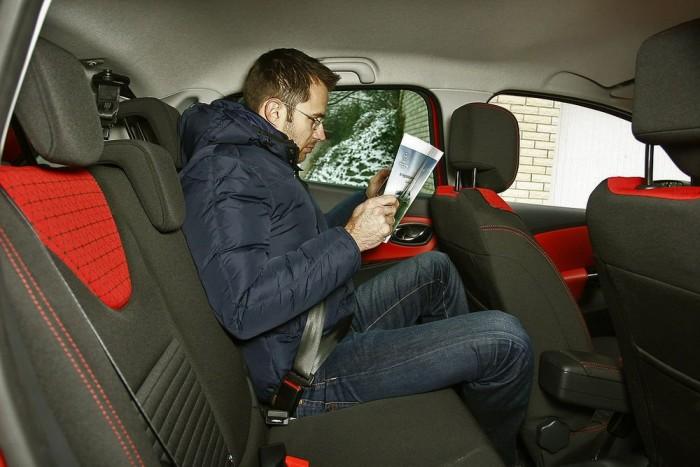 Kategóriájában a Clio a tágasnak számít, még Hamar Balázs is be tud ülni 193 centijével